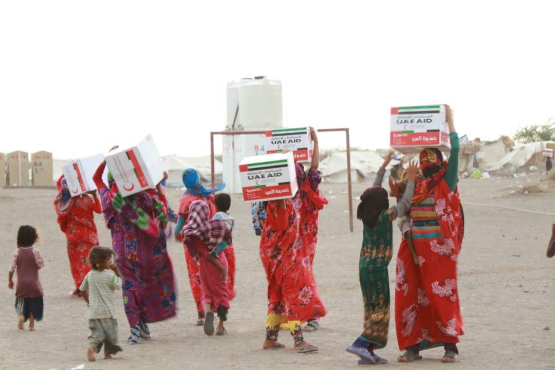 بدعم إماراتي.. توزيع كسوة العيد لـ(4000) أسرة يمنية في الساحل الغربي