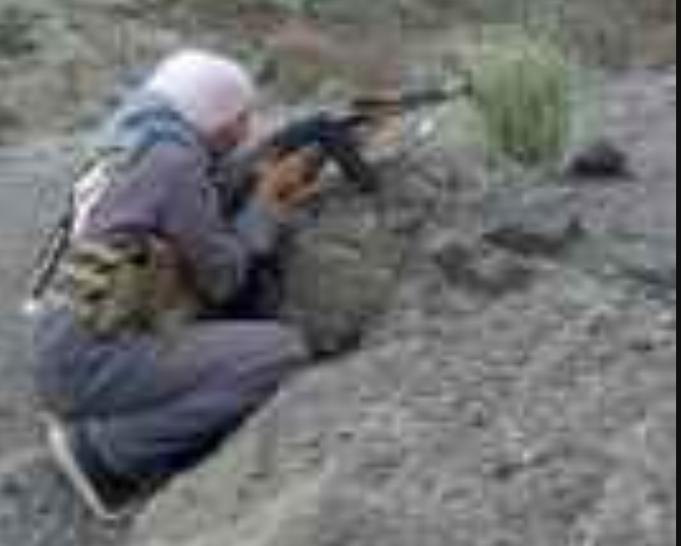 """بالصورة .. فتاة من """"مريس"""" تتقدم صفوف المقاتلين في جبهة حمك"""