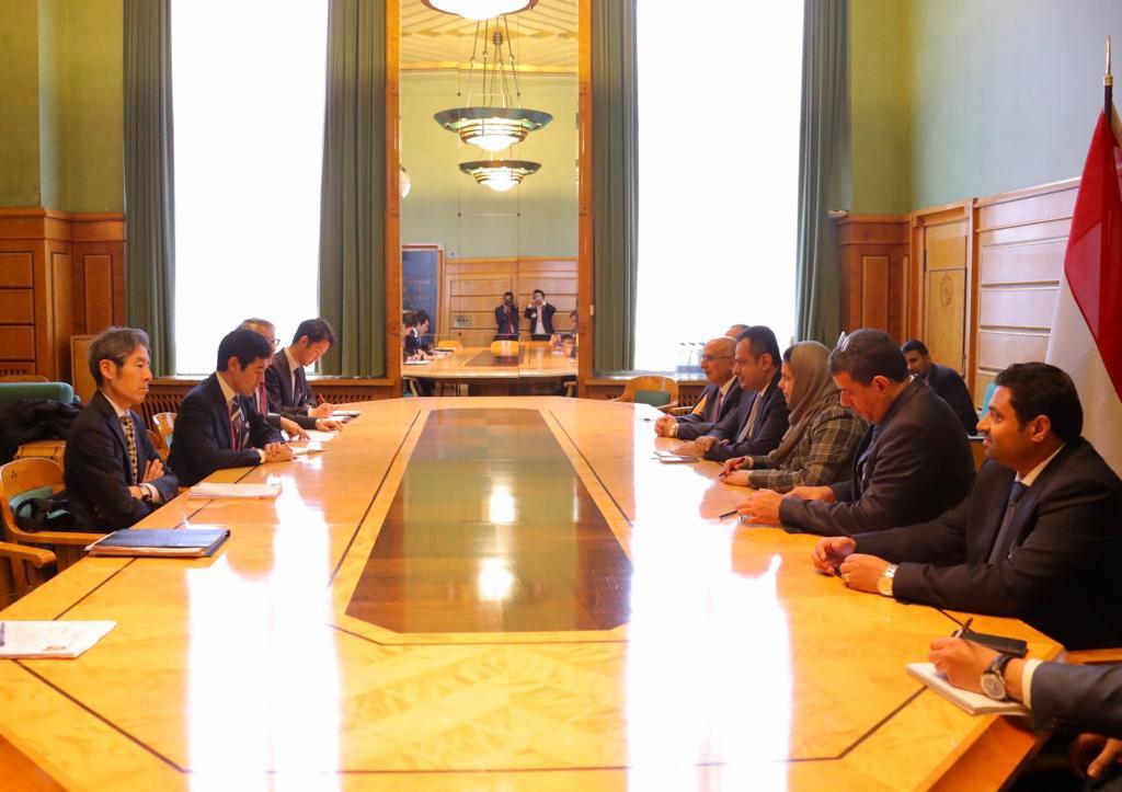 رئيس الوزراء يلتقي نائب وزير الشؤون البرلمانية اليابانية ويناقش معه نتائج مؤتمر تمويل الإستجابة الإنسانية