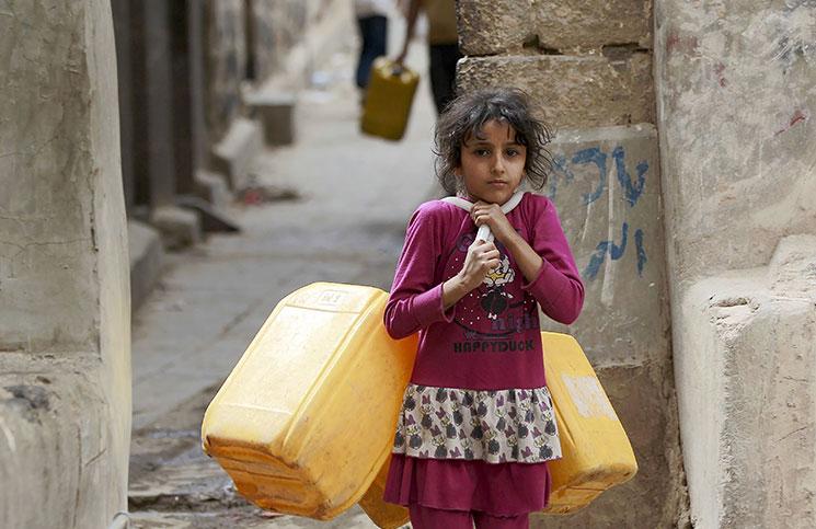 أي مأساة اصابت اليمنيين بسبب لعنة الانقلاب الحوثي .. أسرة تزوّج طفلة في الثالثة مقابل الطعام والمأوى ..تفاصيل صادمه